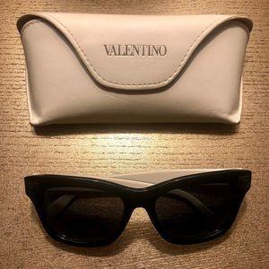 Authentic Valentino blk/white rockstud sunglasses
